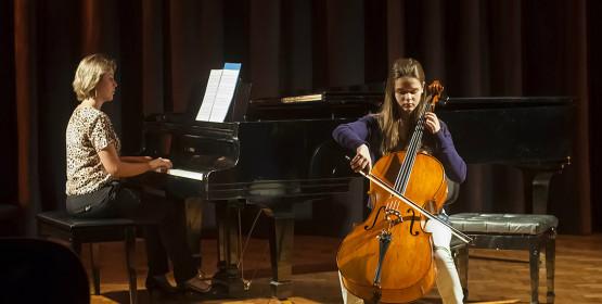 Alunos de violoncelo apresentam-se em recital