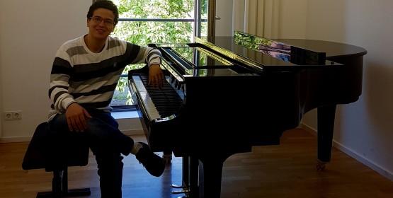 Ex-aluno de piano faz recital e bate-papo com estudantes